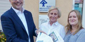 Übergabe an Herr Dr. Christian Lange von Frau Annerose Ackermann (1. Vorsitzende) und Michelle Thuß